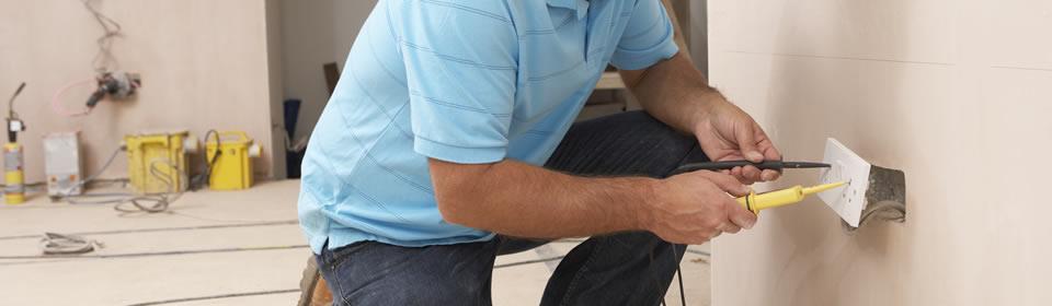 elektricien aan het werk bij stopcontact